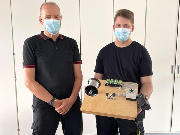 SIBA-Ausbilder Jan Hermann und Mechatroniker-Azubi Marius Selent mit dem Aufbau für das Kurzschlussexperiment.