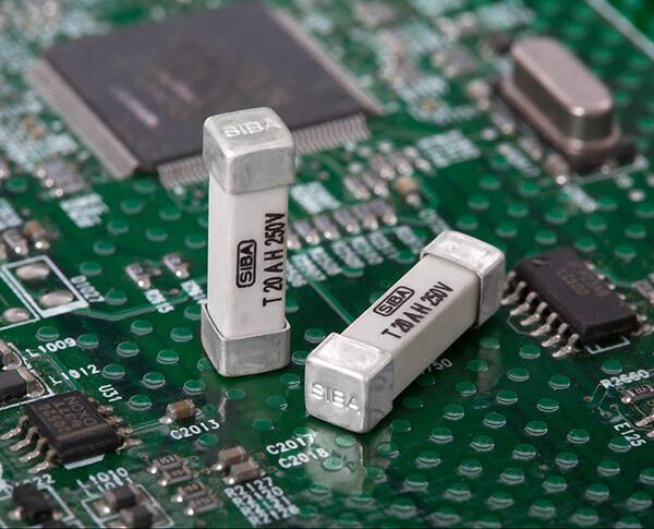 Neue Bemessungssströme (12.5, 16 und 20 A) ergänzen die Produktreihe SMD 160016 mit der Bauform 4,5 x 16 mm