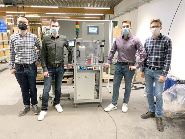 Have presented the Project: Engineering students Merlin Dissel  (2. from left), Dejan Pejic (2. from right) und Marvic Moser (r.) - at the left SIBA designer Thomas Dawid, who supports the project.