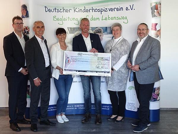 Thomas Kubiak (SIBA), Volker Seefeld (CEO NH/HH-Recycling), Martina Jurisic (Deutscher Kinderhospiz-Verein, DKHV), Martin Gierse, Managing Director DKHV, Birgit Zwicknagel (NH/HH-Recycling), Harald Kownatzky, Vice President NH/HH-Recycling (from the left). Photo: NH-/HH-Recycling